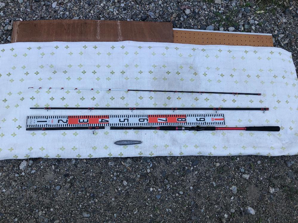 船竿についての質問です。 先日、HAプロマリン CB レッドスキッパー 64 80-360 3.6m (錘50-120号)を購入し、船釣りに出かけましたが、120号の錘にて釣りを開始し、しばらく誘いをかけるため竿を上下させていたら、折れてしまいました。(根がかりはしてません) 結局、開始1時間もしないうちに終了となり、大変残念な結果となってしまいました。 10,000円程度の通販での購入品なのですが、これは運が悪いのか、所詮はこの程度の品物なのか、皆さんのご意見を聞かせて下さい。