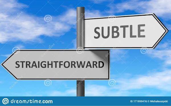 straightforwardとsubtleが写真のように使われる場合、どんな意味で対立しているのですか?