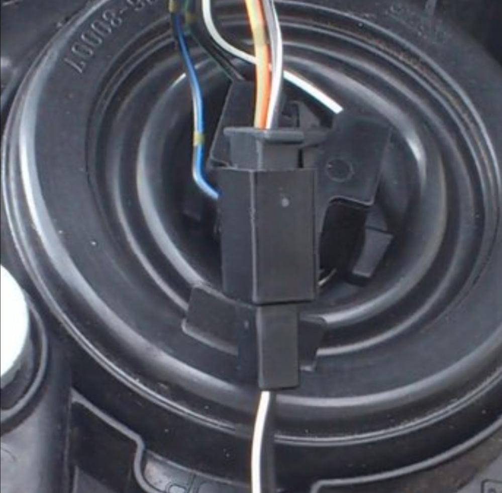 このコネクタを購入したいのですが、種類が分かりません。 バイクのポジションランプの接続部分です。