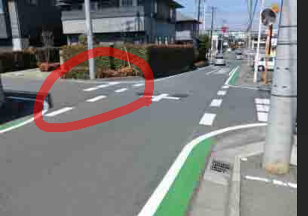 路面表示について 画像のような交差点が家の近くにあるのですが、赤丸の所にはとまれの標識などはないのですがあれは何のひょうじですか? 正式名称わかるかたおしえてください
