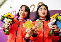 世界では小学生の年齢での金メダリストがいるんでしょうか?  東京五輪はスケボーで西矢椛選手が13歳10ヶ月の金メダルで1992年バルセロナの岩崎恭子さんを超える日本最年少らしいが 日本最年少がこの年齢でも世界ではもっと若い年齢での金メダリストって存在するの? 西矢椛選手は2007年生まれでつまり荒川静香さんのイナバウアーの時の冬季トリノ五輪の時はまだこの世に居なかったのね。