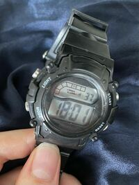 ダイソーで以前購入したこのデジタル腕時計のアラーム音の消し方教えてください! アラームマークを消したいです。。