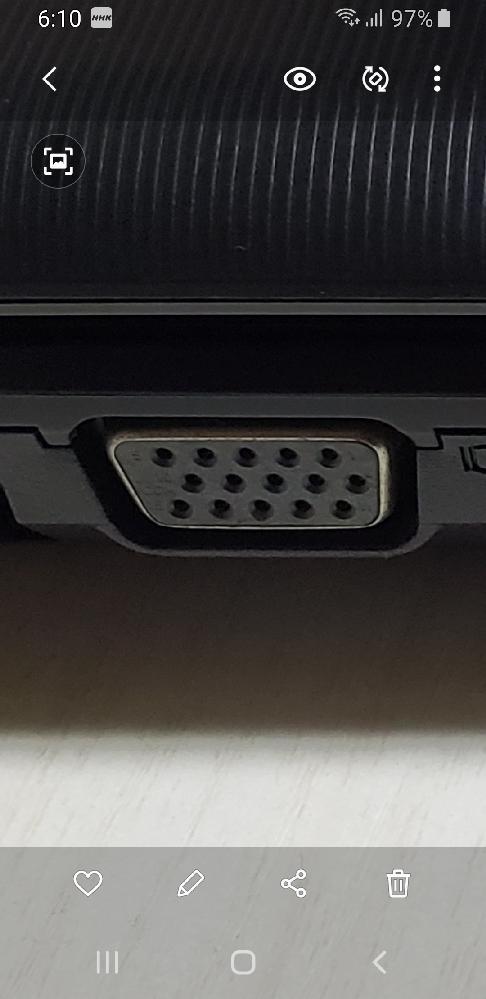 教えてください。 古いパソコンを テレビにつなげる事は できますか? 何分無知ですが よろしくお願いします。 少し調べてみましたら 変換コネクター?が必要の ようですが (画像を撮影しました) この端子?はVGA端子でしょうか? 変換コネクタが色々なタイプが 販売されてるのですが このVGAに差し込みして 左右に ネジが着いてるのですが (抜けないようにするネジでしょうか) 私のこの端子には ネジ穴がないような感じです。 うまく説明できませんが どなたか 教えてください。