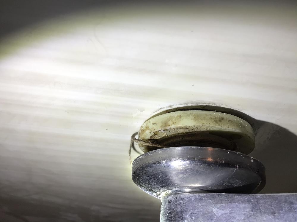 浴室水栓の偏心管取付部分の事です。 写真にあるクリーム色で出来ている樹脂製の部品は取出し金具と言うのでしょうか? また、取出し金具と壁面に隙間が空いていますし、隙間が空いている為偏心菅が前後に動きます。 そもそもこの施工は正しいのでしょうか? 写真での判断が難しいかもしれませんがご回答の程よろしくお願いします。