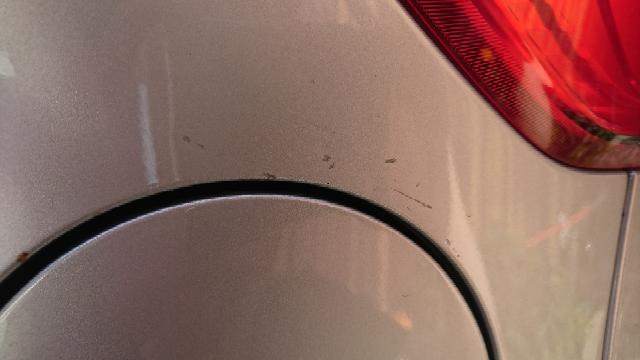 車を家の空き地に左バックで入れるときに左タンク付近を垣根に擦りました キズはたぶん目立たないと思いますが タッチペンで修正した方がいいですか?それか放置していいですか?錆が広がりますか?