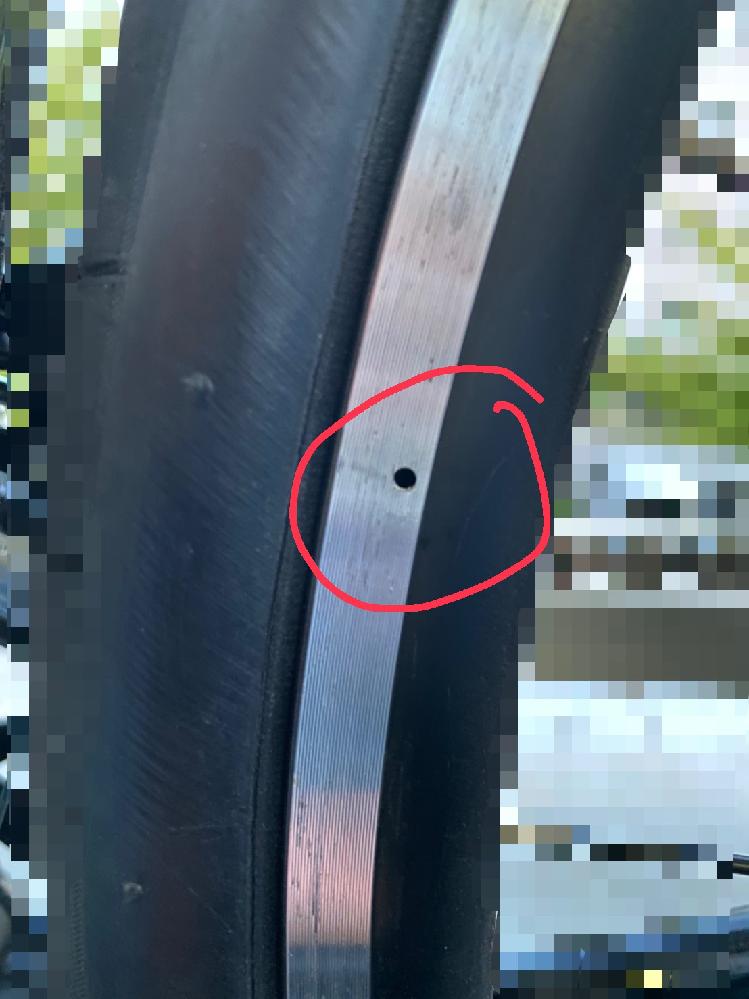ロードバイクのリムの部分に空いている穴は何の穴なんですか。
