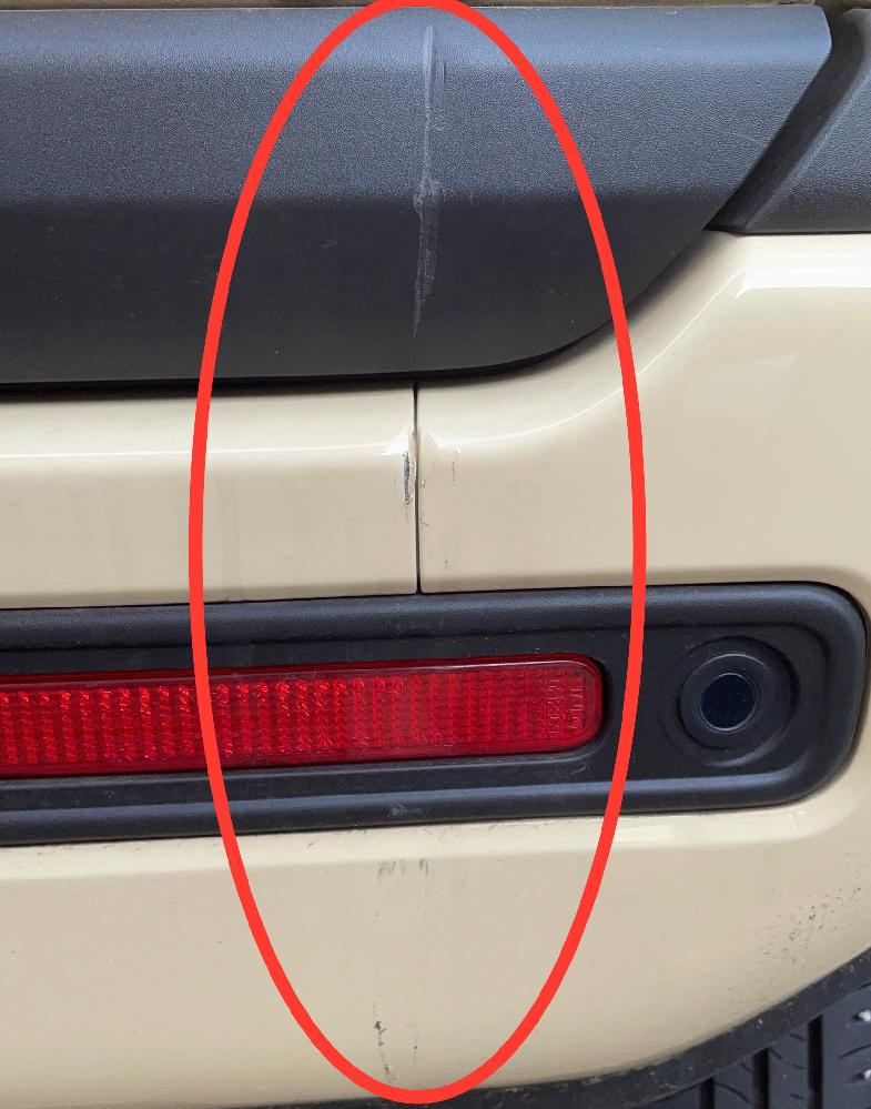 先日車をぶつけたので自力で直したいのですが、どういった処置をすれば良いでしょうか? 画像真ん中の傷と黒いところの凹みが気になります。