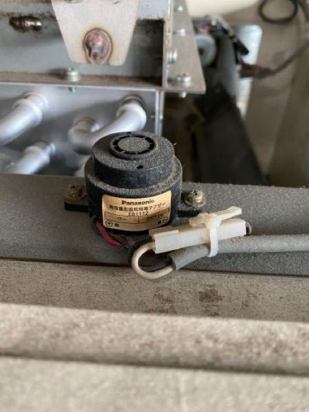 工場の機械のカスタマイズをしたいと思っています。 具体的には今機械の稼働終了タイミングでブザーがなるようになっているのですが、周りの音がうるさくて聞こえないことがあります。なので、ブザーに加えてランプ を点灯させたいと思っていますが、写真のブザー装置に並列でランプを取り付ければランプは点灯する様になりますでしょうか? またランプを事務所など別の離れたところで点灯する方法はありますでしょうか? あまりメカに詳しくないので分かる方いたらご教授いただければと思いますm(__)m