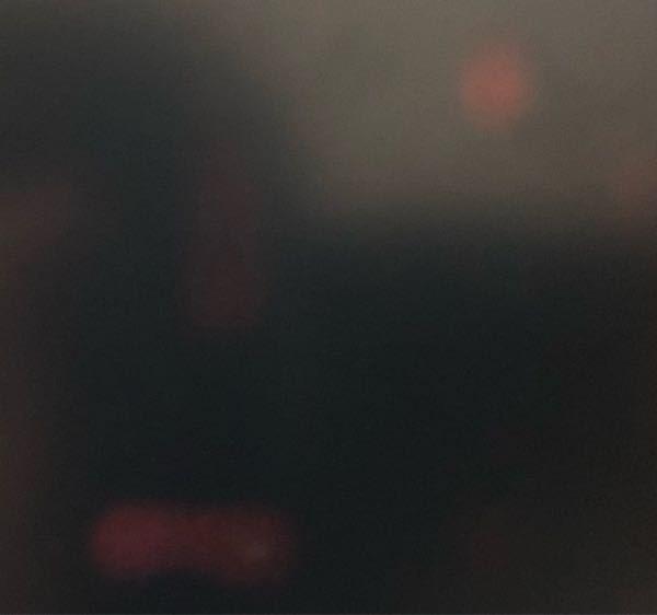 メルカリでタブレットを買ったところ黒い画面を表示した際に赤い斑点のようなものが浮かび上がります。商品説明欄に不具合なしとあったので相手方を信じたいのですが、やはり故障でしょうか?