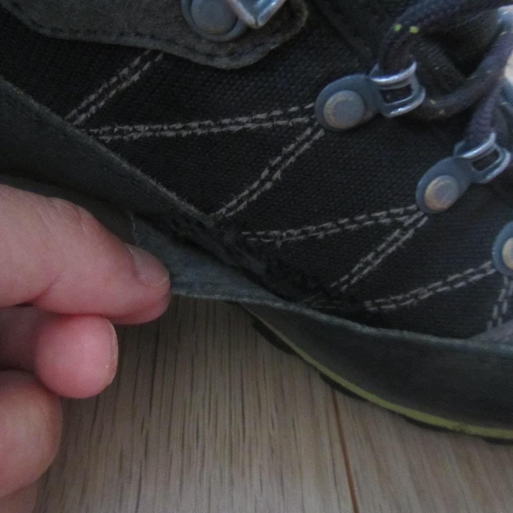 登山靴のサイドラバーが少し剝がれてました。 買って3年なので貼替必要でしょうか? ちなみに週一程度低山行ってる感じです。 接着剤などあるみたいですが素人でも修理できますかね? 貼替するほどでも無さそうなのですが他に何か方法あれば教えてほしいです。 もし良い接着剤などありましたらお薦めの商品教えてほしいです。