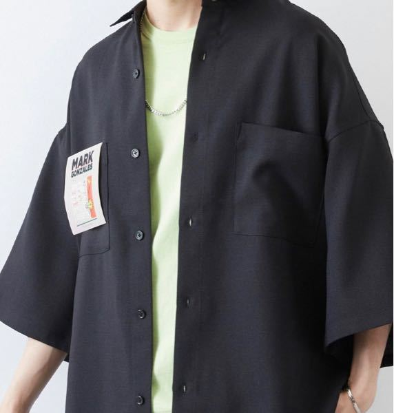 マークゴンザレスの服について質問させて頂きます。 ZOZOTOWNで服を探していたらマークゴンザレスの服に興味を持ちました。 しかし胸ポケットの辺りに、少し浮いているようなマークがありました。(下写真参照) 個人的にはそれは外して着たいと考えています。 しかし、モデルさんは全員そのマークをつけたまま着ていました。 これは、外すことができますか?