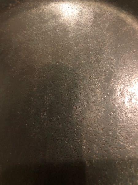 先日鉄製フライパン(タークのクラシック)を購入しました。 シーズニングを実施後、保管のためオイルを伸ばすのに使ったキッチンペーパーが黒い汚れがぎっしり着きました。 良く見ると表面も平らでは無く、虫食いのような凹凸があります。 この状態は正常なのでしょうか? フライパン自体の不良があり、表面の虫食いは腐食によるもので、黒い汚れ出るのでしょうか、それとも私のシーズニングに問題があったのでしょうか。 詳しい方助言の程よろしくお願いします。