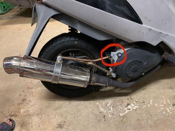 写真にあるアドレスv125のマフラーを止めるネジの部分が折れてしまいました。なにか直す方法はありますか?