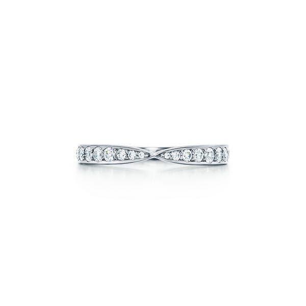 こちらの指輪とストレートのプラチナリングは重ね付けで合わないでしょうか?