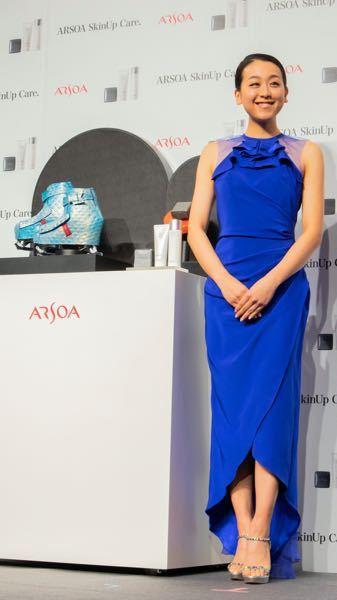 この青い服を着た、スタイル抜群の美人のモデルさんの名前を教えて下さい。 芸能人とかよく分かりませんので、お願いいたします。