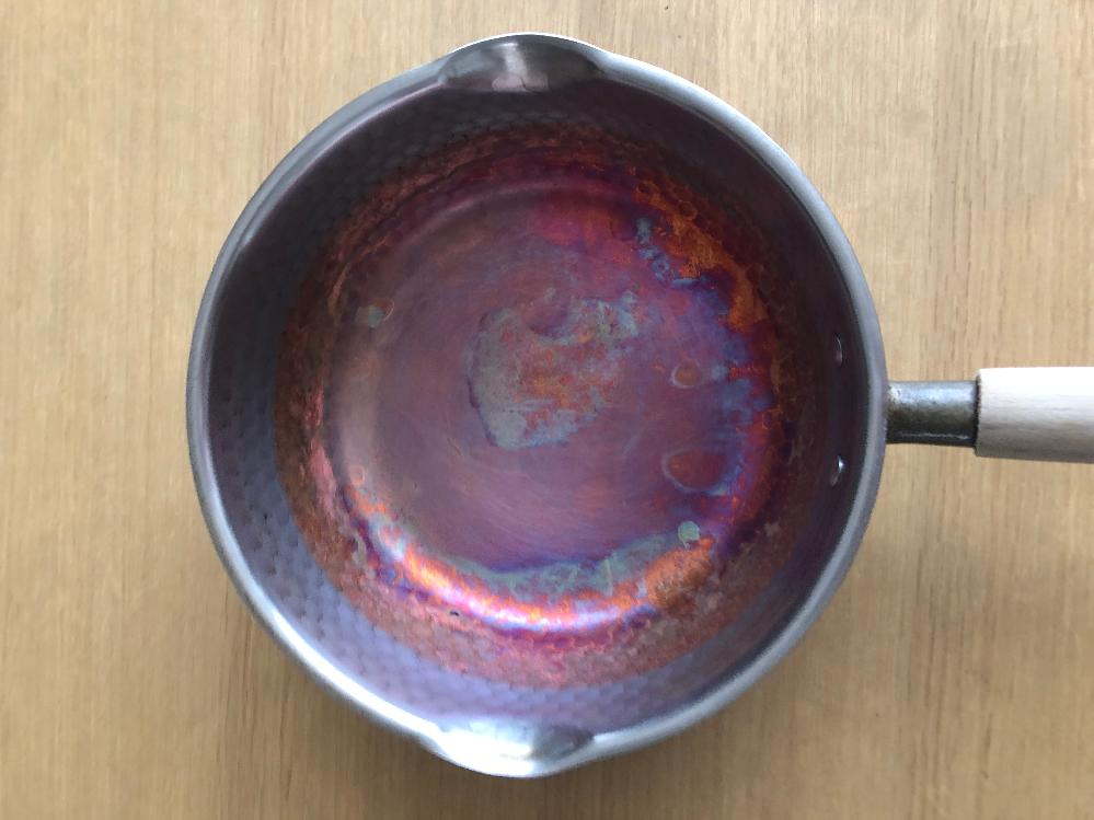 昔購入した、内側の下半分が銅のような雪平鍋の使い方を教えて下さい。 油を使ったり、煮物をすると鍋の色が変わり 食材の味も変わる気がします。 レモンを使ったり、クエン酸で洗ったりしましたが、その時は、鍋は綺麗になるのでが、 使うとまた同じ状態になります。 こういう物なのでしょうか? 説明書も、もうないので、解りません。 どなたか、教えて頂けますか?