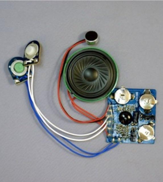 おもちゃ 電気回路について イーケアジャパン、エレキット社製のOR-7802 30秒ボイスレコーダー画像に、別に振動モーター2.5V〜3.0V駆動を取り付け、ボイスレコーダーの再生ボタンを押したと同時に、振動モーターも動くようにしたいと考えています。 画像ボイスキットの配線は、赤赤がスピーカー、赤黒マイク、白白再生ボタン、青青音声録音ボタンです。振動モーターは、プラスマイナスの2線で、1本を白白再生ボタンの片方に割り込ませ、もう片方は基盤内ボタン電池に繋いでいます。 再生ボタンを押すと、録音音声とともに、振動モーターも動くのですが、5回に1回程度の割合で、振動モーターのみ動き、音声が再生されない場合があります。ちなみに、振動モーターの配線を外せば、再生ボタンを押せば、必ず録画音声は再生されます。 録音音声と振動モーターが、再生ボタンを押した際に、必ず動くようにしたいと思います。 説明文不明な点などございましたら、ご指摘ください。改めまして、補足説明させていただきます。 アドバイスいただけますと幸いです。 よろしくお願いします。