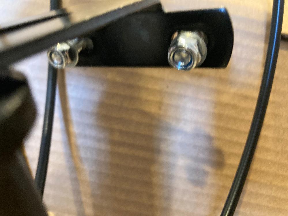 カゴをとりつけたい 通販で買ったおりたたみのチャリを組み立てているのですが、カゴも付属品で取り付けたいんですが、取り付ける場所のネジが外れない、カラカラして回らないんですが、これはどうしたらいいのでしょうか?