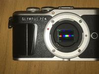カメラ初心者です。 オリンパスのE-PL9のセンサー部分が、写真のように左下に傾いています。 これは異常でしょうか? 異常だったとしても撮影に影響がないのであればそのまま使いたいのですが、、、。博識な方、教えて下さい。