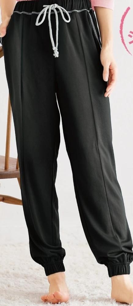 写真のズボンを部屋着で履いてて徒歩3分のコンビニに行く時は ズボンは履き替えますか?そのまま行きますか? 上はTシャツだからそのままとします。 家族にちょっと言われたから正直に教えてください。