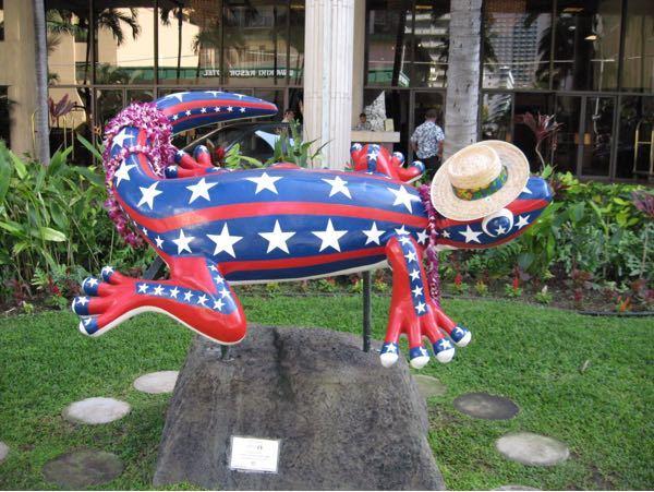 2006年にハワイに行った時に宿泊したホテル前で撮影した写真です。 このキャラクターだけでどこのホテルかお分かりになる方おられませんか。