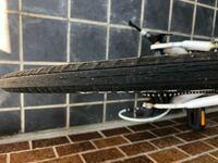 クロスバイクを買って一年目ぐらいなのですが、タイヤに溝?切れ目?のようなものが出てきました。タイヤ交換をした方がいいのでしょうか?また、その際は、どのタイヤがおすすめですか?