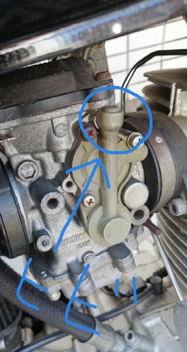 SR400のメインジェットを交換する作業をしていたのですが、交換が終わってキャブレターを押し込もうとした際、画像のプラスチックの部品に力を入れてしまいヒビが入ってしまいました。最上部の7mmくらい下の筒状の部 分です。とりあえず接着剤でくっつけておいたのですが、このままエンジンかけても大丈夫ですかね?