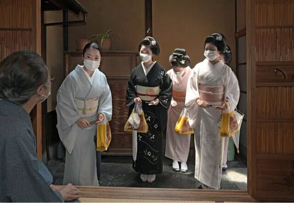 こちらは本日8月1日、祇園での「八朔」の画像です。 芸舞妓さん達はどのような着物と帯をされていると思いますか? 袷では暑すぎますし単ですかねぇ…絽の着物? 帯は袋帯? にしても暑い中おきばりやす。