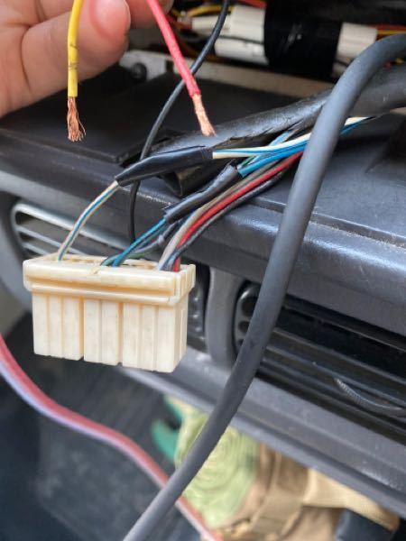スバル、サンバートラックです 1番左の常時電源と、右の青いACC電源の ビニールテープが巻いてある所に 上のボヤけている赤と黄色の配線が刺さってましたが 抜けてどっちかわからなくなりました どっちが常時でどっちをACCに刺せばでしょうか?
