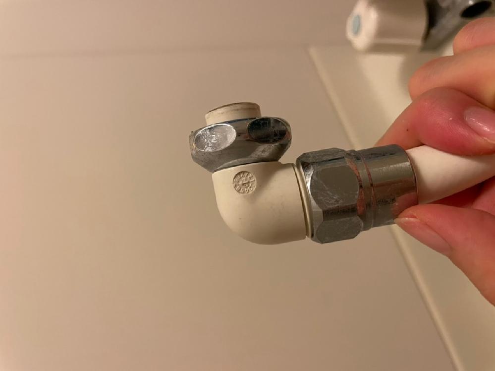 シャワーホースを付け替えたいのですが、 ナットを外してもここからは外れません。 メーカーはkvkです。 シャワーホースの上の白い部分は外せるのでしょうか?