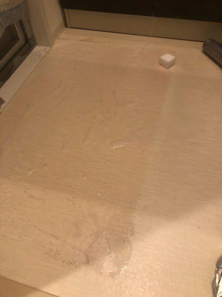 脱衣所のバスマットを長い期間敷いてしまい、赤い水垢が出来てしまいました…。 カビハイターで15分ほどおき、激おちくんスポンジでこすりましたが、色は落ちません。 どうしたら色が落ちるでしょうか? 掃除途中で申し訳ないですが、写真の通りです。 斜めや太く横に入っているのは影です。 床の素材は、何という名前なのか何と表現したらいいのか分かりませんが、フローリングマットのような感じです! よろしくお願いします。