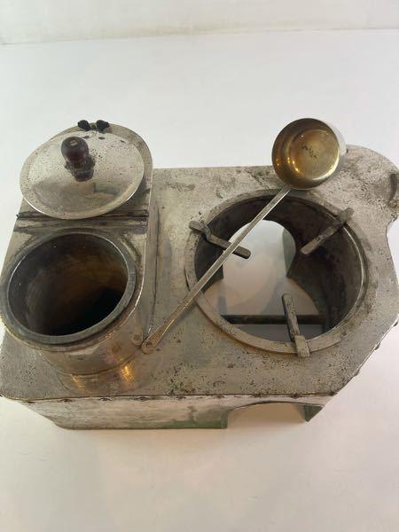 コレは、どうやって使いますか? 火鉢の上に乗せるのかな? 名称も分かれば教えてください! 宜しくお願いします。