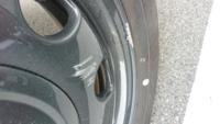 ホイールのガリ傷について 縁石でホイールにガリ傷を付けてしまいました。 この程度だと修理か交換かどちらがよいのでしょうか?? またどのくらい費用もかかるのか教えて頂きたいです。 車種はSUZUKIのスペーシアギアです。