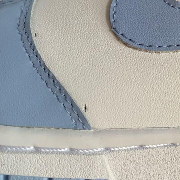 NIKEのオンラインで購入したスニーカーに穴?のようなものが空いていました。この程度で交換してもらうのはおかしいでしょうか…