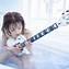 美女とギター 良いジャケットが有れば教えてください。 CD+DVDによる「エナ盤」は、藤田恵名がバスルームでギターを持つ姿を捉えたショットが使用されている。