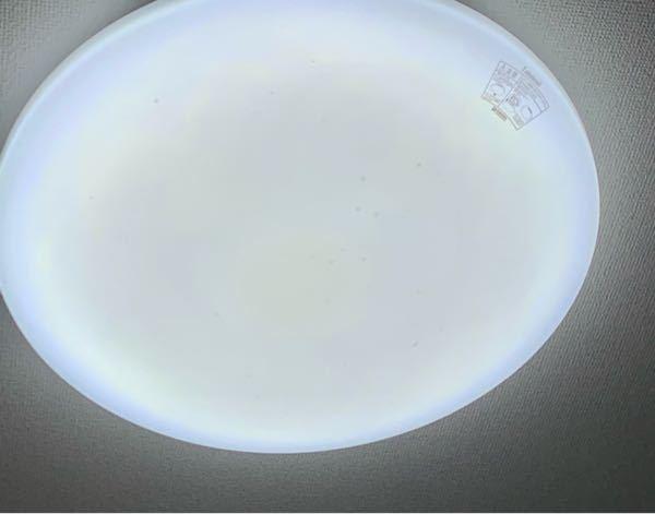 部屋の照明カバーの内側に黒い汚れみたいなものがあるのですが、これって虫の卵だったりしますかね?さっき天井に大きい虫がいたので不安です。どなたかご回答よろしくお願いします。見えづらいですが、照明の写真も 貼っておきます。