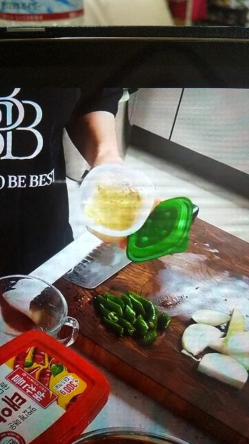 この調味料が気になっています。 緑の蓋で白い練り物のような物が入っています。 何と言う調味料でしょうか?