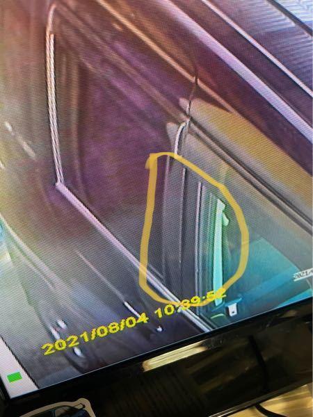 写真の黄色丸の車のドアの黒い部分の名前ってなんて言うのでしょうか?