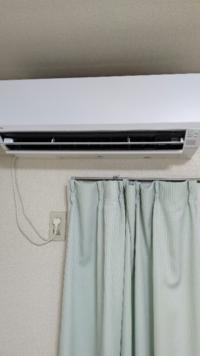 エアコンを送風にすると臭います。カビ以外に何が考えられますか。
