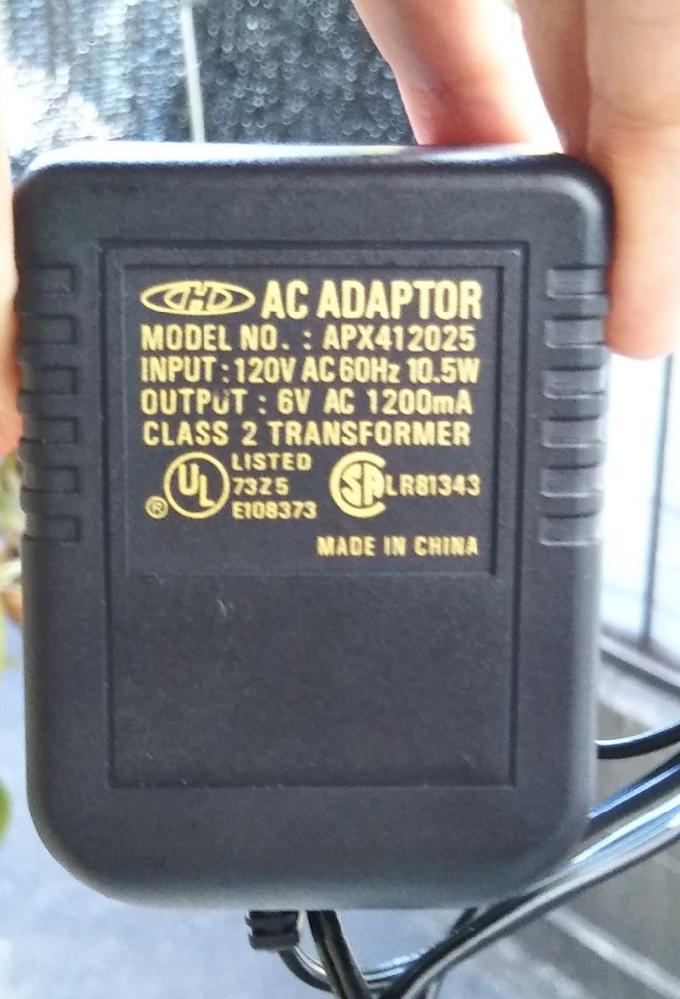 写真のようなAC-ACアダプターが欲しいのですが、手に入れる方法をご存知の方がいらっしゃいましたら教えてください。 インプットは日本の100Vで問題なく動いたので100V 10.5W、 アウトプットがAC 6V 1200mA のものです。 ACアダプターはAC-DCが当たり前だと思っていたのですが、今回のように海外の玩具などの製品で時々AC-ACのものがやはりあることがわかりました。 ネットで探しても、7V 2.9Aのものが限界でした。 やはり海外で購入する以外、手立てはないのでしょうか? 互換できるアダプターなど、方法をご存知の方がいらっしゃいましたらよろしくお願いいたします!
