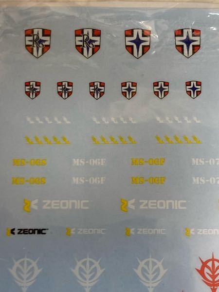 ガンプラデカールで、以下写真のRSと書かれている十字マークと、RSと書かれていない十字マークは何を表しているのでしょうか? 因みにジオニック社製モビルスーツのデカールです。