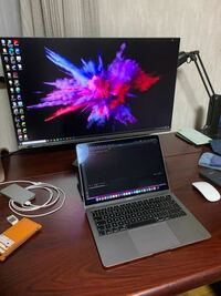 MacbookのキーボードでwindowsPCを操作する事は出来ますか? 写真のようにMacBookとデスクトップのwindowsPCを使っているのですがMacBookのキーボード1つで完結させたいです。今はwin用の有線キーボードを別に使っているのですがいちいち持ち替えるのがうっとおしいです