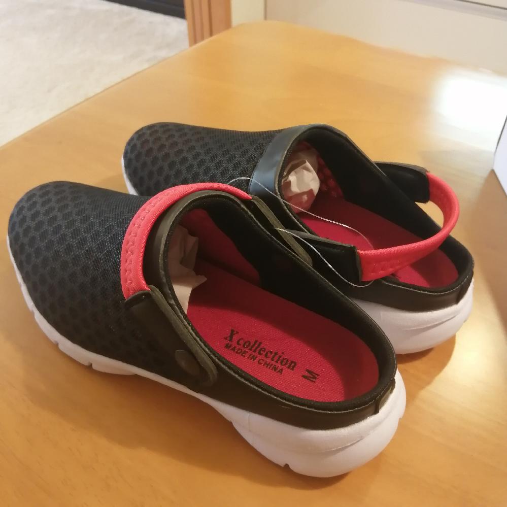 わかる方教えてください。 今日おじいちゃんと靴を買いに行き、画像の靴を買いました。 この赤い帯のようなものはどのようにして使うのでしょうか?帯は少し伸縮性があります。前に寄せて履いてみましたが特に意味があるように思えず、後ろに寄せて履いてみると履く時に力が入りますが足が固定される感じでした。 どなたか分かる方がいれば教えて欲しいです。 画像:手前は帯を前に寄せていて、奥のは帯を後ろに寄せてみました。