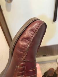 ローファーについての相談です。 1ヶ月ほど前にparabootでローファーを購入しました。履いてる内に右足外側の部分にシワがつき写真のようになりました。 左足はわりと綺麗です。 ローファーを初めて購入したので、こういう風になるものなのか分かりません。 個人的にここまでシワがつくと気になってしまいます。 対策など分かる方に教えていただきたいです。 お店に持っていって相談しても良いので...