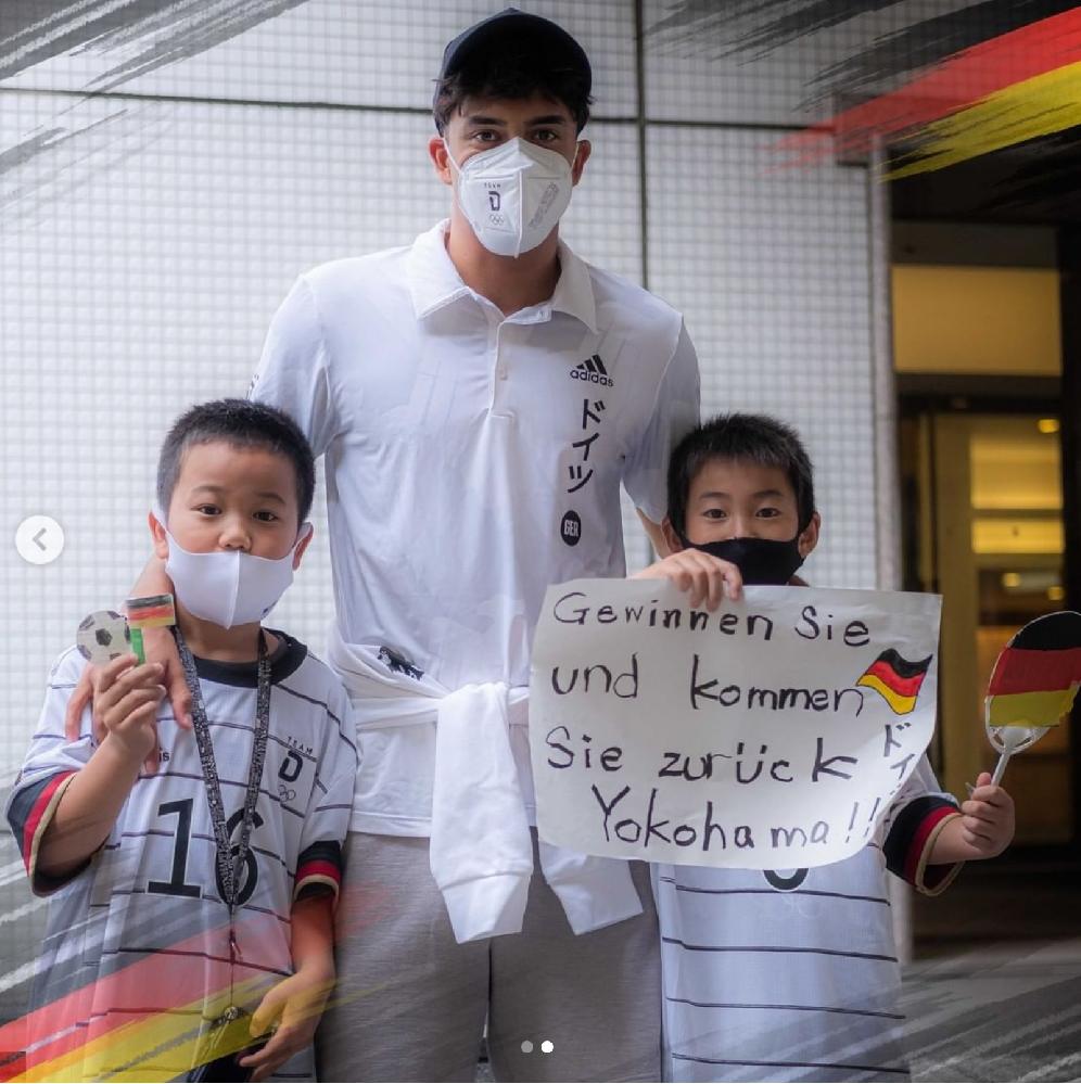 これはドイツ語で何と書かれているのでしょうか? オリンピックのサッカー・ドイツ代表に向けて日本の小学生の子が書いたものです。 何と書かれているのか日本語訳をお願いします。