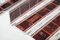 フィルムカメラの現像について質問です。 使い終わったフィルムを現像しに行きたいですが、 写真のように6枚でカットされた状態ではなく、 ロールのまま頂くことは可能なのでしょうか?