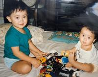 となりの坂田さんの幼少期の画像ですがどちらが坂田さんでしょうか?教えていただきたいです。