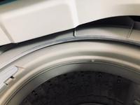 ポリエステル100%の掛け布団を洗濯した際、洗濯機のふち?に溶けてこびり付いてしまいました  指で取れる部分は取ったのですが、この残った部分を綺麗に取る方法はありませんか?
