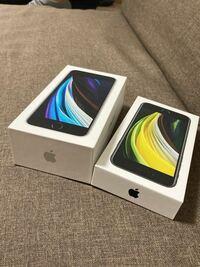 iPhone SE2ですが、ホワイトとブラックで箱の大きさ変わるんでしょうか? 左は1年前にAppleストアで購入したSE2 右は最近ドコモで購入したSE2です。  中身の内容も違います。 左はイヤホン付きですが、右はないです。  同じ機種でも変わるんでしょうか?