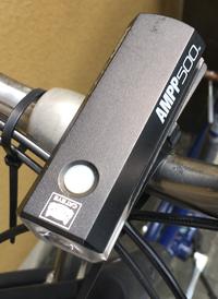 自転車本体に付いている前照灯(ハブダイナモ式)を取り外して 添付した写真のような ハンドルに取付けられる前照灯だけでは違反になりますか? 自転車は、俗に言うママチャリです。